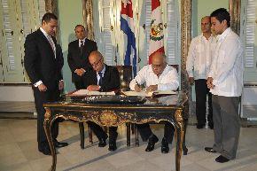 Viceministros de Relaciones Exteriores de Perú y Cuba, José Beraún y Rogelio Sierra, respectivamente.