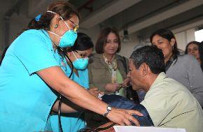 Ministra de Salud, Midori de Habich, supervisa campaña de medición de la presión arterial para prevenir la hipertensión, en las estaciones del Metro de Lima.