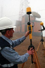 Medición de la intensidad del campo eléctrico en el Morro Solar, a cargo de expertos del Inictel. Foto: ANDINA/Norman Córdova