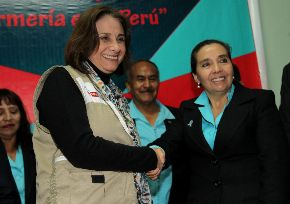 Ministra de Salud, Midori de Habich, y la presidente de la Federación de Enfermeras del Perú, Zoila Cotrina. ANDINA/Difusión