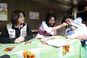 Primera Dama Nadine Heredia y la ministra de Salud Midori de Habich en Apurímac.  ANDINA/Prensa Presidencia