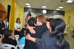 Trujillo, Perú - Abril 14, 2013. Ministra de Salud, Midori de Habich, visita a deudos de víctimas de accidente de bus.