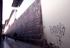 El muro inca dañado tras los trabajos que realizó una empresa para la construcción de centro comercial en la ciudad del Cusco.