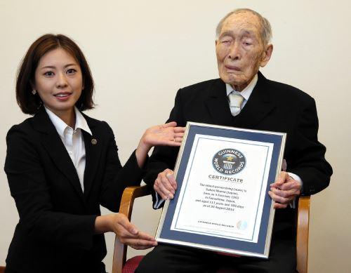 Japonés de 111 años, es el hombre más longevo del planeta. Foto: AFP.