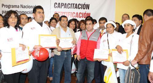 Ministro de Trabajo y Promoción del Empleo, Fredy Otárola, y pescadores artesanales.