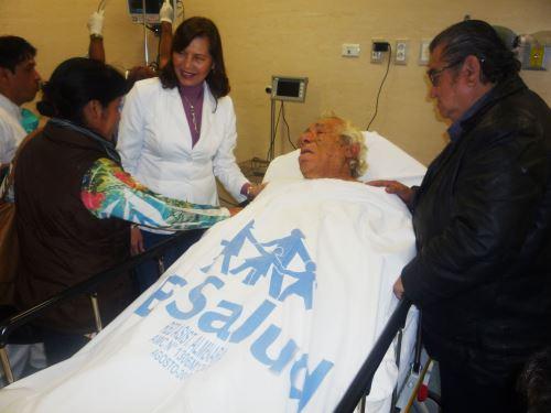 Presidenta ejecutiva de EsSalud, Virginia Baffigo, visita a actor cómico Guillermo Campos internado en hospital Almenara.