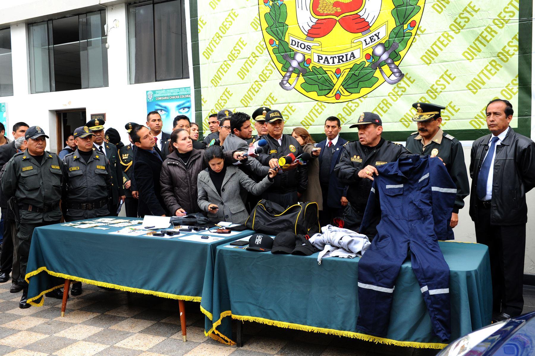 El ministro del Interior, Daniel Urresti, destaca la rápida intervención policial para frustrar el asalto a un banco en Lima, y el apoyo decidido de los vecinos de la zona, lo que posibilitó la detención de un delincuente en Breña. Difusión