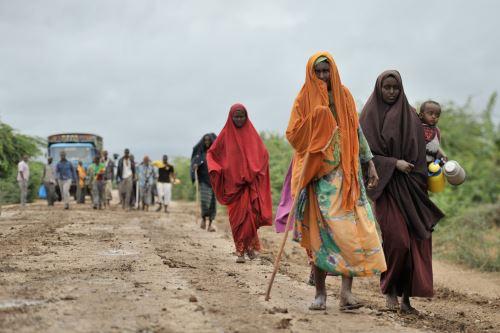 Personas en Somalia se dirige hasta un campamento en búsqueda de alimentos. Foto: AFP.