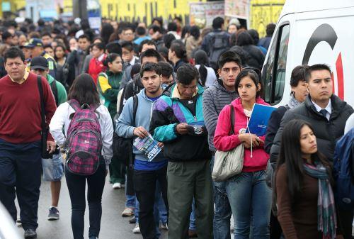 Las largas colas no cesan en el corredor TGA, lo que genera molestia entre los usuarios. Foto: ANDINA/Norman Córdova.