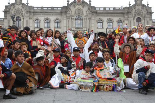 Niños de comunidades nativas que participan en Tunkuy 2014 visitan Palacio de Gobierno.