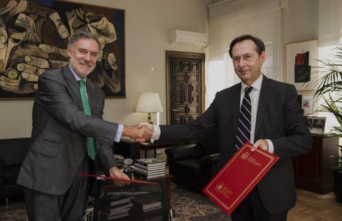 Firma de convenio a cargo de Gonzalo Robles, secretario general de Cooperación Internacional para el Desarrollo del Ministerio de Asuntos Exteriores y de Cooperación de España; y de Manuel Méndez del Río, presidente de la Fundación Microfinanzas BBVA.