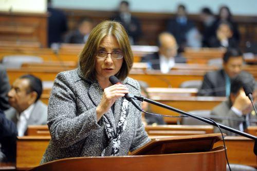 Ministra de Salud, Midori de Habich, responde pliego interpelatorio en el Congreso de la República.