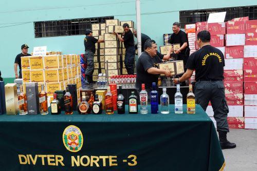 Licores de contrabando incautados por la PNP en San Martín de Porres.