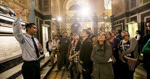 Público asiste a recorrido en la Catedral de Lima
