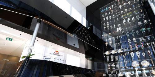 Esta es la sala de trofeos de la escudería Red Bull.