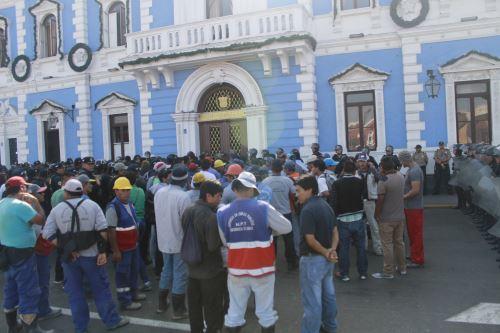 Dos trabajadores de la Municipalidad de Trujillo resultaron heridos tas protestas.