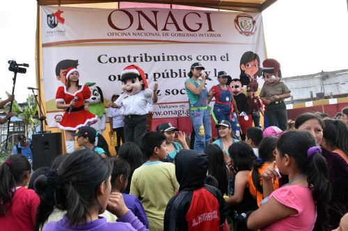 Niños del cerro San Cosme, en el distrito de La Victoria, fueron agasajados con chocolate y panetón, y recibieron regalos en el marco de un espectáculo navideño. Difusión