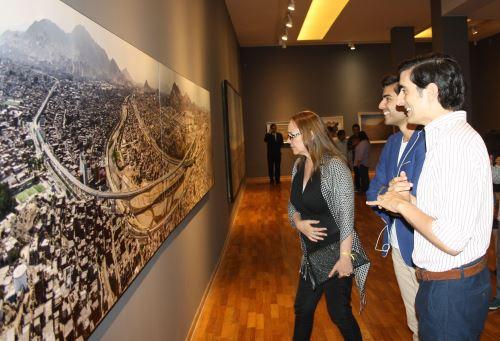 Muestra de pinturas en la galería Pancho Fierro