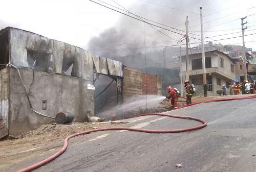 Dieron de alta a bombero herido en incendio de VMT. Foto: ANDINA