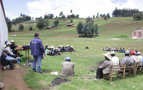 Especialistas de la Unidad Ejecutora 007 Marcahuamachuco promueven el cuidado del patrimonio arqueológico en la población local.