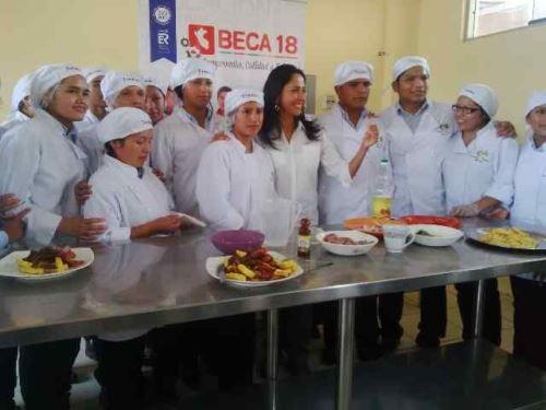 Primera Dama, Nadine Heredia, visita Instituto Superior Tecnológico Juan Pablo II, en Manchay, y se reúne con estudiantes, muchos de los cuales son beneficiarios del programa Beca 18.