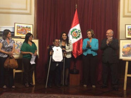 Artista plástico Félix Espinoza Vargas, recibió un reconocimiento del Congreso nacional, cuya titular, Ana María Solórzano, le entregó el Diploma de Honor del Parlamento. Difusión