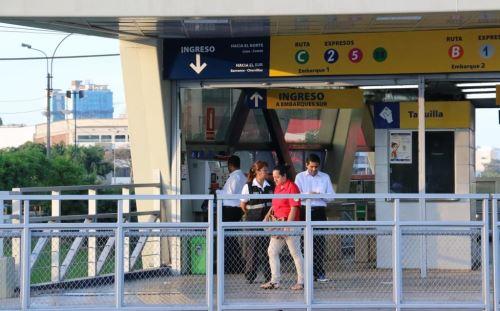 Las estaciones de El Metropolitano lucen ahora libres de vendedores ambulantes. Foto. Andina/Difusión