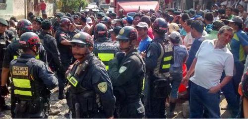 Pobladores de quebrada Juan Carosio, en Chosica, bloquean Carretera Central, pidiendo limpieza de calles. Foto Twitter @ysmael_tasayco