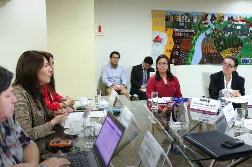 Reunión entre representante del Banco Mundial, Verónica Silva, y titular del Midis, Paola Bustamante.