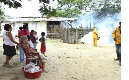 Exhortan a población otorgar facilidades para que fumigadores ingresen a sus casas y realicen su labor.
