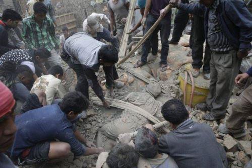 Más de 2,200 muertos deja terremoto en Nepal. AFP