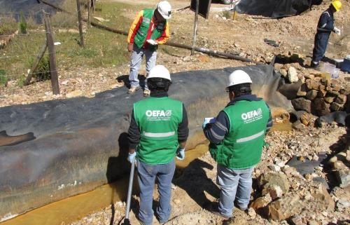 Especialistas del OEFA supervisan la calidad del agua en la zona afectada por la mayor actividad del volcán Ubinas.