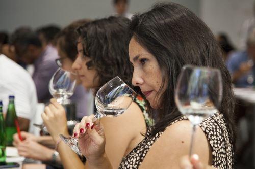 Peruanos celebran Fiestas Patrias con pisco en presentación en Milán