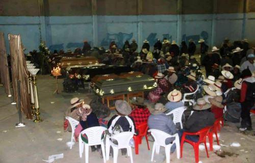 Familiares velan restos de los fallecidos en accidente de tránsito en provincia cusqueña de Chumbivilcas. ANDINA/Percy Hurtado