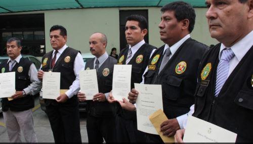 Suobficial PNP Marco Lema (tercero de la izquierda) fue baleado por delincuentes en el Callao. Foto: Andina/Archivo