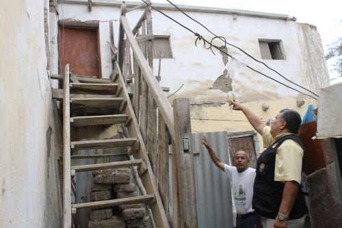 En La Victoria autoridades comprobaron débiles estructuras que presentan viviendas de este distrito.