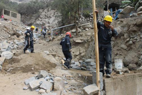 Construyen y refuerzan muros de contención en Chosica. Quebrada Carosio.