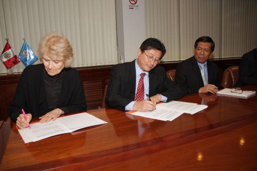 Firma de acuerdo para desarrollar minería peruana. Foto: MEM.