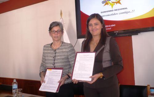 Gobernadora de Arequipa, Yamila Osorio, suscribió convenio con la presidenta del Concytec, Gisella Orjeda. ANDINA/Rocío Méndez