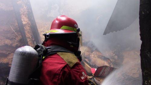 Incendio al parecer fue provocado por una cocina de leña que no se apagó por completo. Foto: Pedro Tinoco.