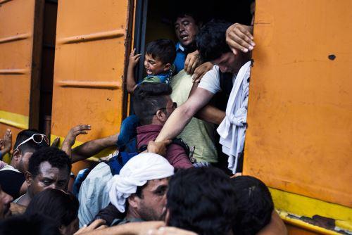 Migrantes abordo de un tren en dirección a la frontera con Serbia en la estación de trenes en Gevgelija, en la frontera con Macedonia. Foto: AFP.