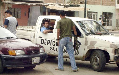 Policía investiga los crímenes perpetrados en Sullana. ANDINA