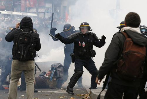 Manifestantes se enfrentan con la policía antidisturbios durante una manifestación contra el calentamiento global, en París. AFP