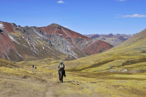 Acceso a la montaña de Siete Colores se realiza a pie o a caballo desde Pampachiri.