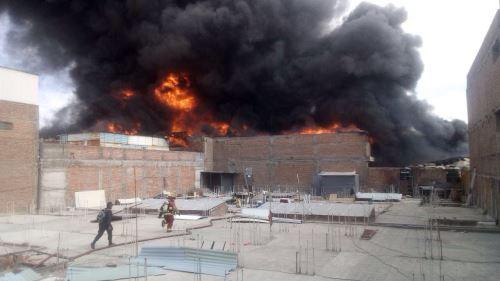 Bomberos realizan esfuerzos para sofocar incendio.