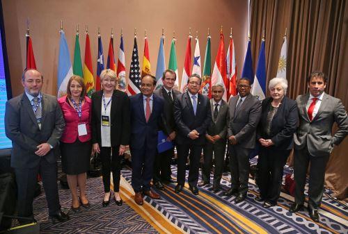 Fiscales y procuradores generales participan en convención en Lima