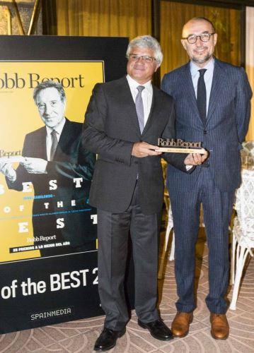Bernardo Muñoz, Consejero Económico Comercial de la oficina de Perú en España, recibe el premio de manos de Andrés Rodríguez, editor y presidente del grupo Spainmedia