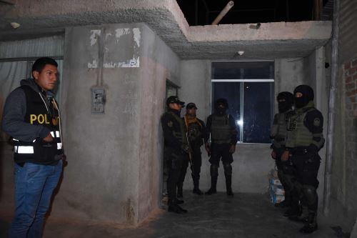 Policía intervino al menos 20 viviendas y detuvo a 13 personas durante operativo.