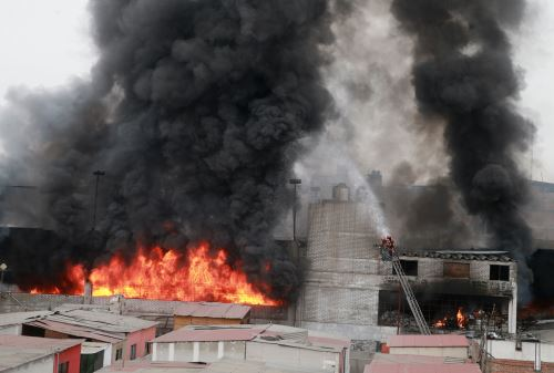 Incendio en Av. Colonial: dan desayuno navideño a bomberos