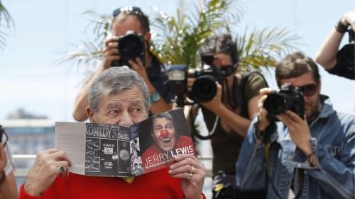 Jerry Lewis posa para las cámaras en Cannes